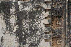 Detaljer av den härliga dekoren av den verkliga mycket gamla monumentet av historia arkivfoto
