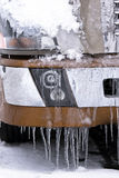 Detaljer av den halva lastbilen med snö och istappar royaltyfri foto