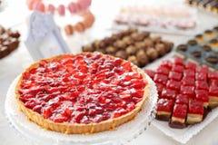 Detaljer av den smakliga jordgubbekakan Arkivbilder