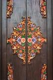 Detaljer av den träutsmyckade ingångsdörren till templet i Bali Indone Arkivbilder