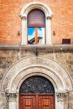 Detaljer av den traditionella arkitekturen i staden av Siena, Tuscany Arkivbild