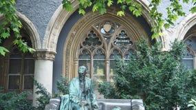 Detaljer av den Vajdahunyad slotten, skulptur av en man, härlig arkitektur, Budapest, Ungern royaltyfri foto