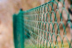 Detaljer av det gröna kedjade fast staketet stock illustrationer