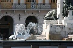 Detaljer av en springbrunn med en lejonstaty, i Nice, Frankrike Arkivbilder