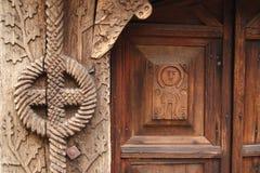 Detaljer av en trä sniden port Arkivfoto