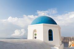 Detaljer av en traditionell grekisk ortodox blå kupolkyrka, Santorini, Grekland Royaltyfria Foton