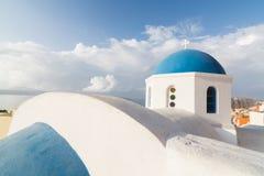Detaljer av en traditionell grekisk ortodox blå kupolkyrka, Santorini, Grekland Arkivbilder
