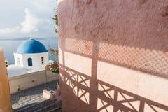 Detaljer av en traditionell grekisk ortodox blå kupolkyrka, Santorini, Grekland Royaltyfri Foto