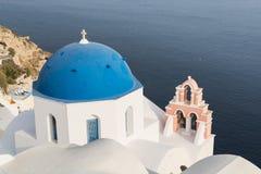 Detaljer av en traditionell ortodoxblåttkupol i Grekland på en mycket solig sommardag, med de typiska blått- och vitfärgerna Sant Arkivbild