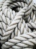 Detaljer av ett tjockt rep på ett skepp royaltyfri fotografi