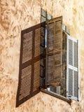 Detaljer av fransk arkitektur, träfönster med slutare, retur Royaltyfri Fotografi