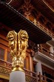 Detaljer av guld- lejon på buddisten Jing An Tranquility Temple - Shanghai, Kina royaltyfri fotografi