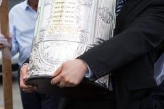 Detaljer av händerna för rabbin för Torah snirkelcoverin arkivbild
