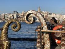 Detaljer av historiska fartyg med stadssikt av Istanbul arkivfoton