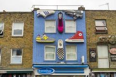 Detaljer av husväggen med skor i Camden Town London England Arkivfoton