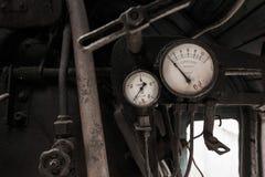 Detaljer av inre av den övergav gamla rostiga sovjetiska lokomotivet Royaltyfri Bild