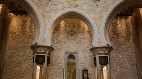 Detaljer av inre till Sheikh Zayed Mosque, 99 namn av Allah, Abu Dhabi, UAE Royaltyfri Foto