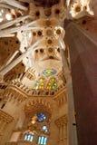 Detaljer av inre, unika kolonner, beställning, ärke- sklptura av thteSagra de Familia Domkyrka jf Antonio Gaudi Arkivbilder