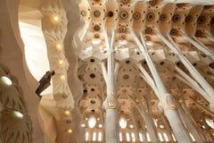 Detaljer av inre, unika kolonner, beställning, ärke- sklptura av thteSagra de Familia Domkyrka jf Antonio Gaudi Arkivfoton