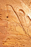 Detaljer av kolonner av den stora Hypostyle Hallen på templen av Karnak, Luxor, Egypten Royaltyfria Bilder