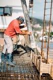 detaljer av konstruktionsplatsen Pump för byggmästarefungeringscement arkivfoto