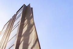 Detaljer av kontorsbyggnadyttersida Affärsbyggnadshorisont som ser upp med blå himmel Modern arkitekturlägenhet Tekniskt avancera arkivbilder