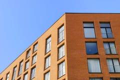 Detaljer av kontorsbyggnadyttersida Affärsbyggnadshorisont som ser upp med blå himmel Modern arkitekturlägenhet Tekniskt avancera royaltyfria bilder