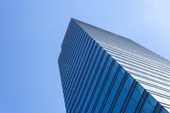 Detaljer av kontorsbyggnadyttersida Affärsbyggnadshorisont som ser upp med blå himmel Modern arkitekturlägenhet Tekniskt avancera royaltyfri fotografi