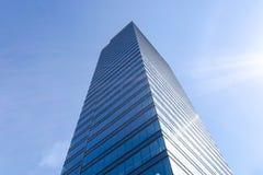Detaljer av kontorsbyggnadyttersida Affärsbyggnadshorisont som ser upp med blå himmel Modern arkitekturlägenhet Tekniskt avancera arkivfoton