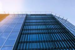 Detaljer av kontorsbyggnadyttersida Affärsbyggnadshorisont som ser upp med blå himmel Modern arkitekturlägenhet Tekniskt avancera royaltyfria foton