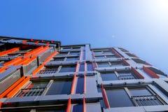 Detaljer av kontorsbyggnadyttersida Affärsbyggnadshorisont som ser upp med blå himmel Modern arkitekturlägenhet Tekniskt avancera fotografering för bildbyråer