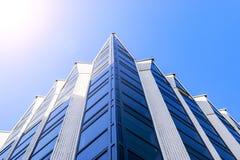 Detaljer av kontorsbyggnadyttersida Affärsbyggnadshorisont som ser upp med blå himmel Modern arkitekturlägenhet Tekniskt avancera royaltyfri bild