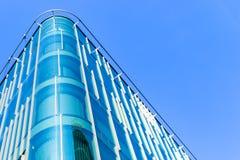 Detaljer av kontorsbyggnadyttersida Affärsbyggnadshorisont som ser upp med blå himmel Modern arkitekturlägenhet Tekniskt avancera royaltyfri foto