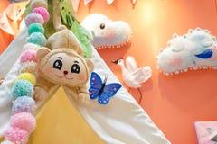detaljer av lekrummet för barn med färgrika garneringar i sp royaltyfria foton