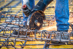 Detaljer av stänger för stål för arbetare för konstruktionstekniker bitande och förstärkt stål på byggnadsplatsen arkivbild