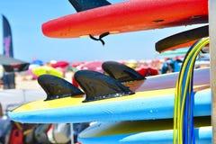 Detaljer av surfingbrädan Uppsättning av olika färgbränningbräden fotografering för bildbyråer