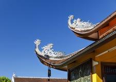 Detaljer av takändelser av templet för Tu Vien Bat Nha Buddhist i fördämningen Bri, Vietnam arkivfoton