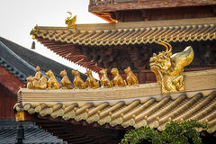 Detaljer av taket på buddisten Jing An Tranquility Temple - Shanghai, Kina arkivfoton