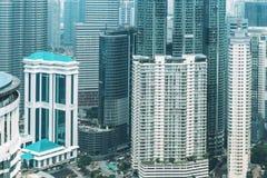 Detaljer av texturerade fasader med fönster av höga skyskrapor i Kuala Lumpur i Malaysia 8 marsch 2018 Royaltyfria Foton