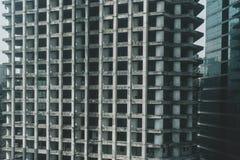 Detaljer av texturerade fasader med fönster av höga skyskrapor i Kuala Lumpur i Malaysia 8 marsch 2018 Arkivbild