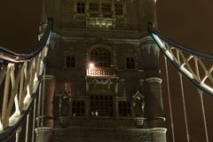 Detaljer av tornbron London på natten Arkivbilder