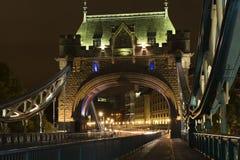 Detaljer av tornbron London på natten Royaltyfri Fotografi