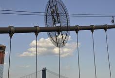Detaljer för Brooklyn bro över East River av Manhattan från New York City i Förenta staterna arkivbilder