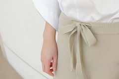 Detaljer för slut för stil för flåsanden för kvinna för beige attraktionradmidja tillfälliga upp Minsta moderiktigt mode royaltyfria foton