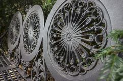 Detaljer från backresten av parkerar metallbänken arkivfoton