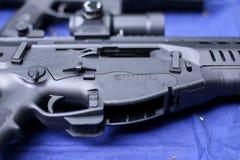 Detaljer med den Beretta logoen på ett taktiskt gevär för ARX 160 royaltyfria foton