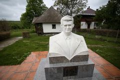 Detaljer med huset som Nicolae Ceausescu, rum?nsk kommunistisk diktator, var b?rdig 1918 i royaltyfria bilder