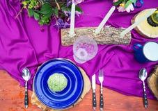 Detaljer på brölloptabellen, inställning dekorerade i lantlig stil wed royaltyfri bild
