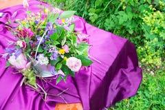 Detaljer på brölloptabellen, inställning dekorerade i lantlig stil wed royaltyfri foto