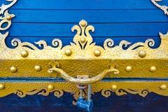 Detaljer, struktur och prydnader av den blom- dekorativa prydnaden för falsk järnbröstkorg som göras från metall Metallisk modell Royaltyfria Foton